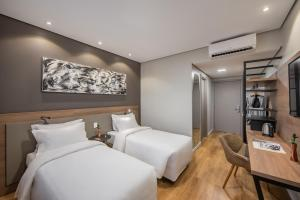 A bed or beds in a room at Intercity Sao Leopoldo