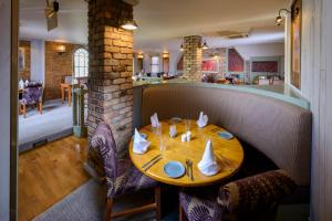 A restaurant or other place to eat at Killarney Dromhall Hotel