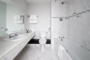 A bathroom at Killarney Dromhall Hotel