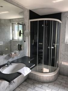 Ein Badezimmer in der Unterkunft Hotel Engel