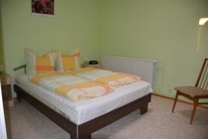 Ein Bett oder Betten in einem Zimmer der Unterkunft Ferienwohnung Tollert