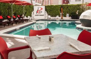 Het zwembad bij of vlak bij Red South Beach Hotel
