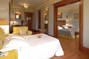 A bed or beds in a room at Hotel Inglaterra