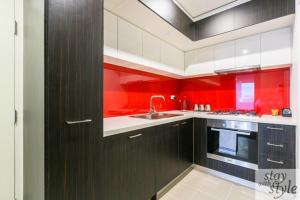 A kitchen or kitchenette at Melbourne Star - central city location - sleeps 5
