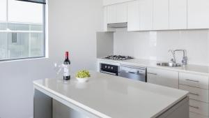 A kitchen or kitchenette at Oaks Brisbane on Margaret Suites