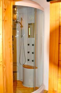 """Ein Badezimmer in der Unterkunft """"0"""" Sterne Hotel Weisses Rössl in Leutasch/Tirol"""