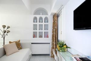 Una televisión o centro de entretenimiento en Luxury Villa Excelsior Parco
