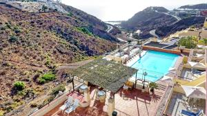 A view of the pool at Ura Roslara or nearby