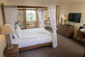 A bed or beds in a room at Comis Hotel & Golf Resort