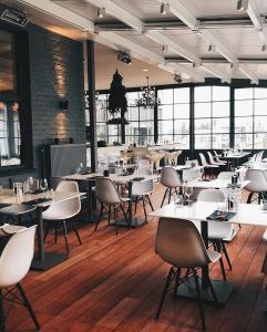 Een restaurant of ander eetgelegenheid bij The Memlinc