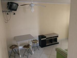 A television and/or entertainment centre at Pousada Rosa Norte