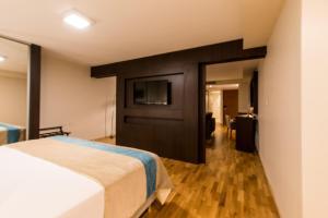 Una televisión o centro de entretenimiento en Caseros 248 Hotel