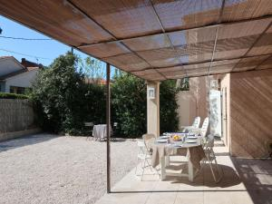 A restaurant or other place to eat at Holiday Home Le Pilon
