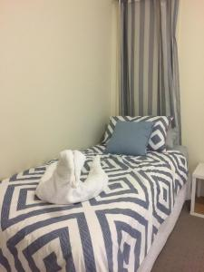 A bed or beds in a room at Mint Accommodation - William & Solomon