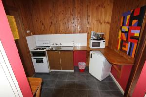A kitchen or kitchenette at Bunkhouse Motel