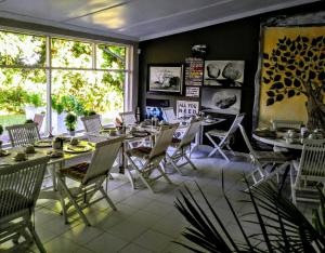A restaurant or other place to eat at St Lucia Kingfisher Lodge