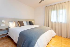 Ein Bett oder Betten in einem Zimmer der Unterkunft Apartamentos Ses Eufabietes