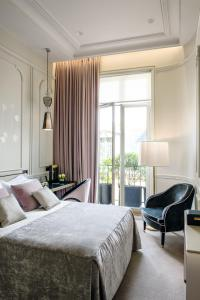 A bed or beds in a room at Le Narcisse Blanc
