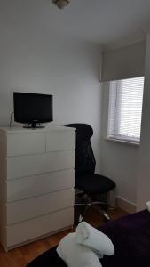 Télévision ou salle de divertissement dans l'établissement The Marylebone Apartment