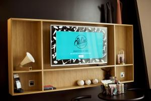 A television and/or entertainment centre at Wilde Aparthotels by Staycity Covent Garden