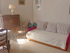 A seating area at Apartment Le Caneton-1