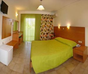 Ein Bett oder Betten in einem Zimmer der Unterkunft Hotel Tigaki's Star