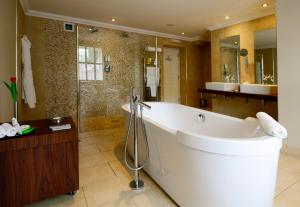 A bathroom at Rocpool Reserve Hotel & Restaurant