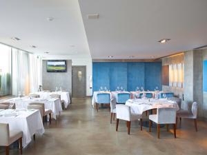 A restaurant or other place to eat at NAU Salgados Vila das Lagoas