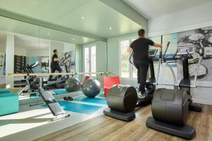 The fitness center and/or fitness facilities at Mercure Paris Roissy CDG