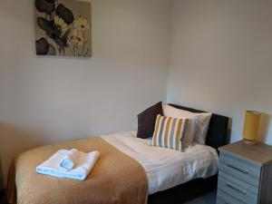 A bed or beds in a room at Avon House