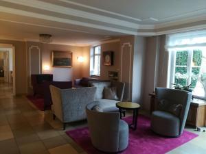 Ein Sitzbereich in der Unterkunft Hotel Landgut Burg GmbH