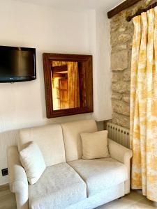 A seating area at Hotel Tres Coronas de Silos