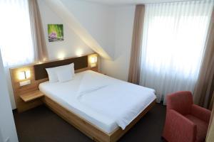 Ein Bett oder Betten in einem Zimmer der Unterkunft Hotel Gasthof Schützen