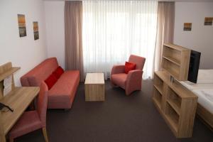 Ein Sitzbereich in der Unterkunft Hotel Gasthof Schützen