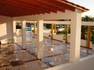 Ein Restaurant oder anderes Speiselokal in der Unterkunft Hotel Tigaki's Star