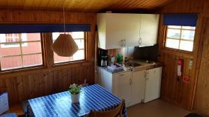 A kitchen or kitchenette at Helsingør Camping & Cottages Grønnehave