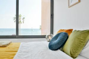 A bed or beds in a room at Phaedrus Living Seaview Luxury Flat Marina Court 213