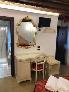 Uma TV ou centro de entretenimento em Hotel Leonardo