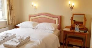 A bed or beds in a room at Claremount House B&B