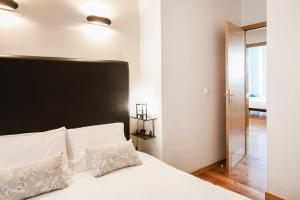 A bed or beds in a room at LV Premier Apartments Baixa- PR