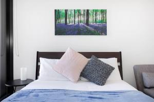 A bed or beds in a room at Manhattan Heart of Melbourne CBD with Free Parking, Netflix, WiFi, and Spotify at Amazon Alexa
