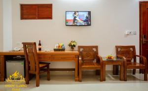 A television and/or entertainment center at Ngoc Long Sam Son Hotel