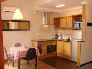 A kitchen or kitchenette at Apartamentos Kósmos