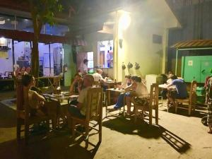 A restaurant or other place to eat at Pinlon Hostel