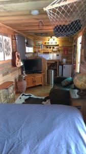 A television and/or entertainment center at Alice's Secret Travellers Inn
