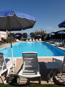 Бассейн в Hotel Fornaci или поблизости