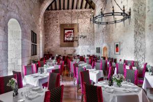 Un restaurante o sitio para comer en Parador de Alarcón