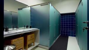 A bathroom at So Cool Hostel Porto
