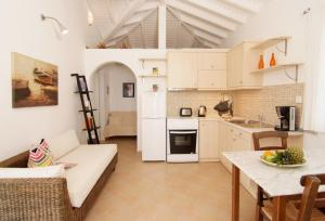 Кухня или мини-кухня в Petra Mare Village