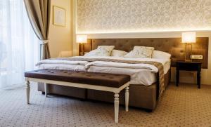 Кровать или кровати в номере Villa Medici Hotel & Restaurant